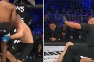 Este luchador de MMA derrota a su rival con un brutal rodillazo volador en el primer asalto y se burla de él