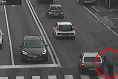 Este tipo simula un accidente de tráfico pero las cámaras de seguridad lo pillan