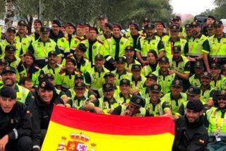 Guardia Civil y Mossos posan con una gran bandera de España en la Vuelta