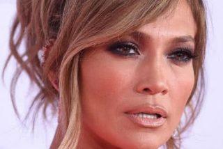 A Jennifer López se le levanta la falda con el viento y se le ve todo…