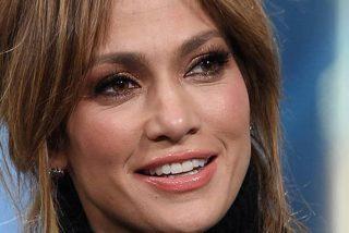 Jennifer Lopez posa con un sexy jersey, sin nada debajo…