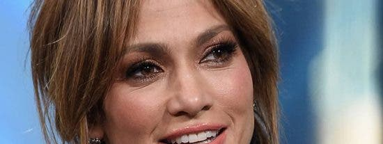 Mascarilla y 'six pack' de acero: Jennifer Lopez vestida de corto saliendo de su piso en Nueva York