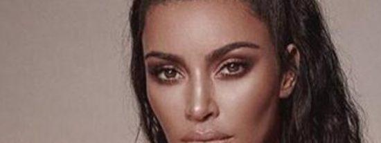 Kim Kardashian intenta promocionar un producto, pero su escote desvía toda la atención…
