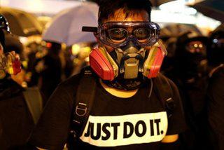 La Policía comunista china dispersa con agua y gas pimienta a manifestantes en Hong Kong en el aniversario de la 'revolución de los paraguas'