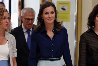 La Reina Letizia recupera la falda midi de flores que más tiempo lleva en su armario, para su cita con Batet y Ayuso