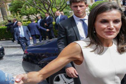 """La Reina Letizia casi se parte la crisma y echa la bronca a un escolta: """"No me has avisado del escalón y casi me mato"""""""