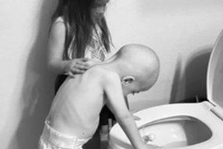 La imagen de esta niña consolando a su hermano pequeño con cáncer se ha vuelto viral