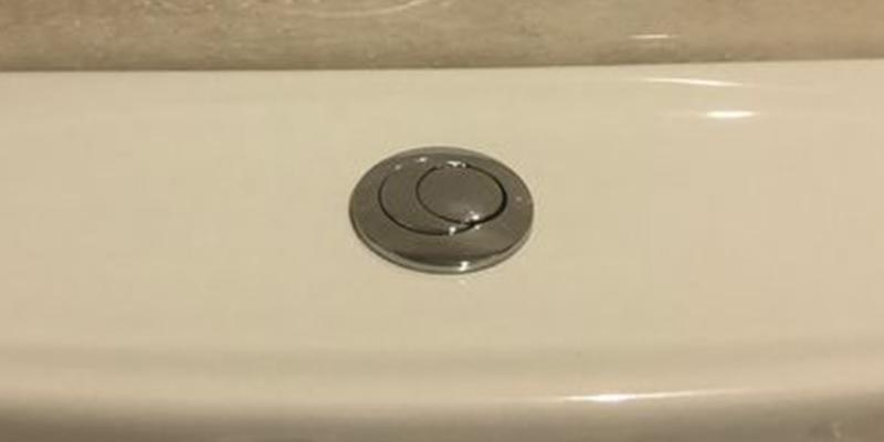 La tuitera que arrasa con su 'descubrimiento' sobre el botón de la cisterna