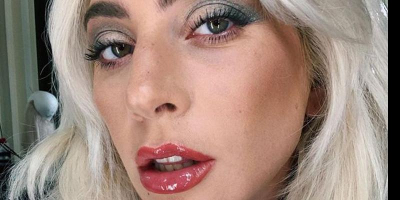 La foto en la que Lady Gaga parece 'la doña del quinto en la boda de su cuñado'