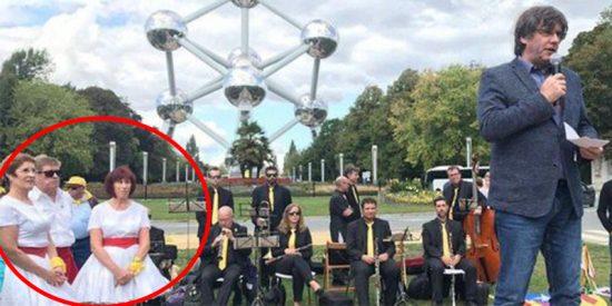 Las redes se parten la caja con esta ridícula imagen del prófugo Puigdemont en Bruselas
