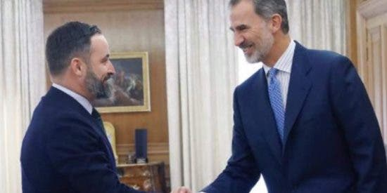 Los 'rojillos' se ponen muy nerviosos con la sonrisa del Rey a Santiago Abascal