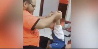 Así maltrata este desgraciado a un bebé indefenso