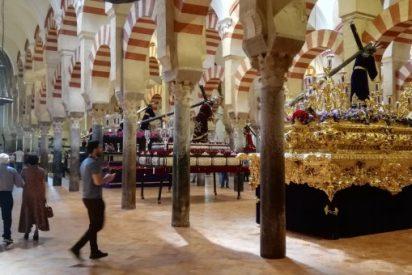 Una plataforma critica al obispo por 'inundar' con pasos procesionales la Mezquita-Catedral