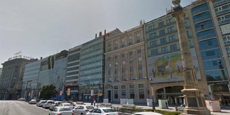Mujer cae desde un séptimo piso, a centímetros de un ciclista