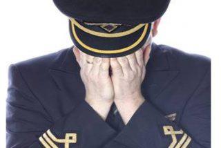 Un piloto de Thomas Cook llora desconsolado durante uno de los últimos vuelos de la aerolínea y los pasajeros se conmueven