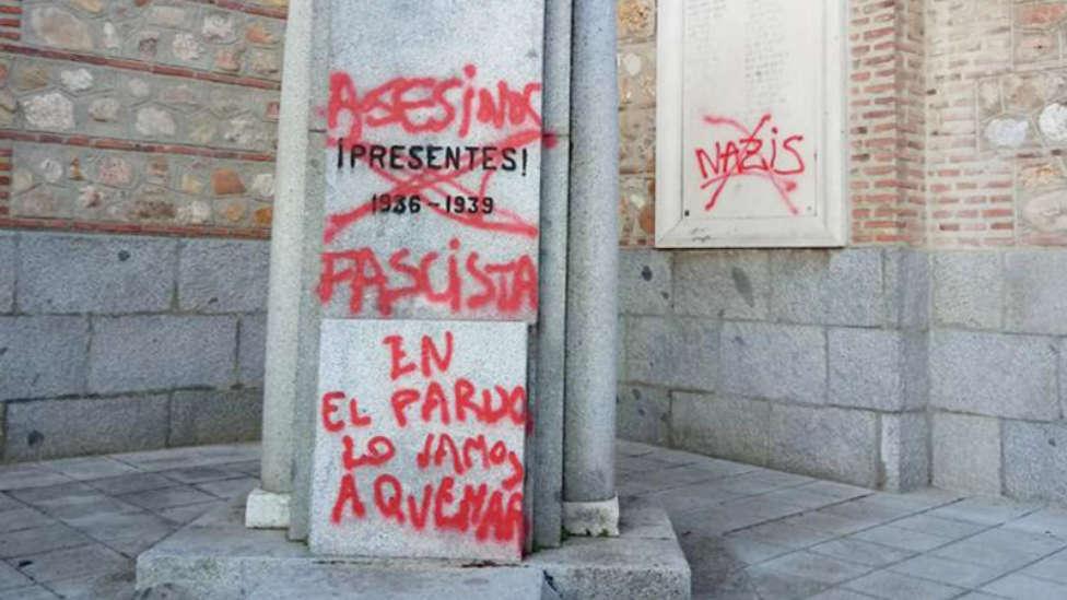 Pintan 'En El Pardo lo vamos a quemar' en un templo cercano a la futura tumba de Franco