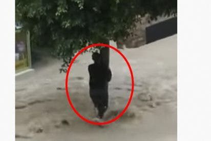 Riadas: El camionero heroico, rescata a una mujer de la muerte