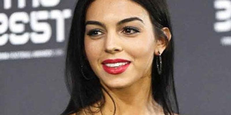 Georgina se pasa por el 'Rodríguez' la petición de Cristiano y se calza el vestidito blanco más mínimo y sexy