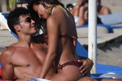 Sofía Suescun posa en topless con Kiko Jiménez que no puede esconder su 'abultada alegría'