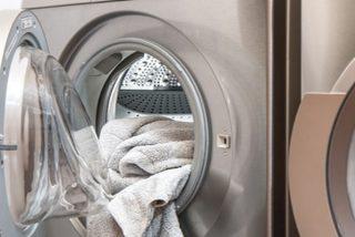 Trucos para limpiar tu lavadora por dentro si quieres que tu ropa salga limpia de verdad y sin mal olor