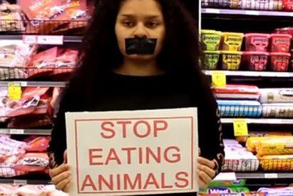 Una banda de frikis veganos asalta un mercado con carteles contra los clientes carnívoros