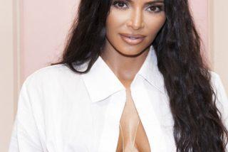 Así espera Kim Kardashian a su hombre en el sofá…