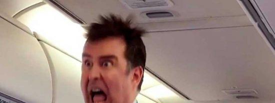 El azafato más cachondo del mundo y sus acadabrantes instrucciones a los pasajeros del avión