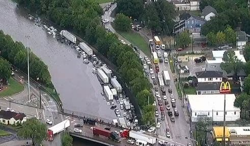 Caos en Houston: miles de coches atrapados en las carreteras