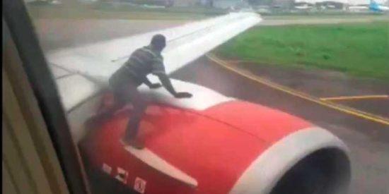 Pánico en el vuelo de Azman Air tras saltar un hombre al ala del avión