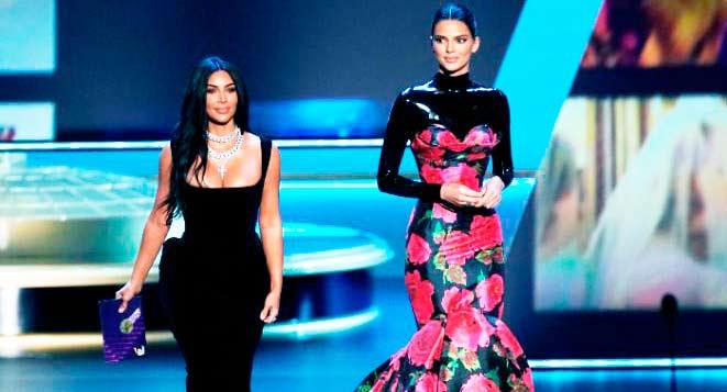 Kim Kardashian se pone un ajustadísimo vestido sirena para los Emmy y, además de estar a punto de caerse, las carcajadas aún se oyen