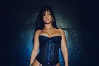 Las sensuales imágenes de Rihanna en un bikini de flores