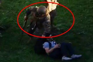 ¡Terrible!: Este militar chileno dispara a un manifestante a centímetros de distancia y lo inmoviliza en el suelo