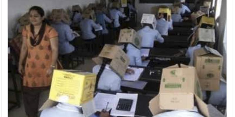 ¿Sabías que en la India obligan a los estudiantes a llevar cajas de cartón en la cabeza para que no copien en los exámenes?