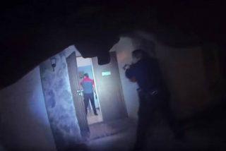 Momento en que un policía mata a un joven que ya había arrojado su arma y caminaba con las manos en alto