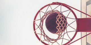Logra encestar en el aro de baloncesto sin tocar la pelota con este simple truco que se vuelve viral