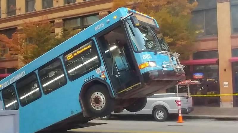 Se abre un agujero en medio de la calle y se traga un autobús en EE.UU.