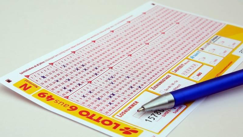 """Una jubilada gana 25 millones de dólares en la lotería y no lo puede creer: """"La máquina debe estar rota"""""""