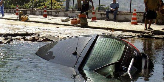 Este padre lanza a su hijo a un puente para salvarlo tras caer con el coche al agua