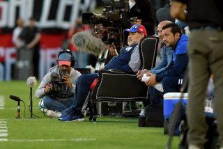 'Surrealista': Maradona dirige a su equipo sentado en un 'trono' y la Red se llena de memes