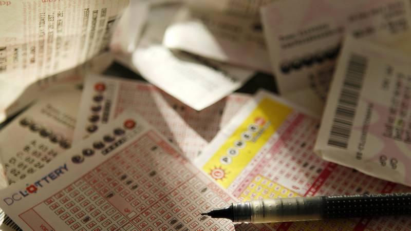 Hombre gana la lotería después de jugar con la misma combinación durante 13 años