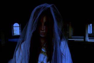 Chica sufre un accidente de coche con un disfraz de Halloween lleno de sangre falsa y la dan por muerta