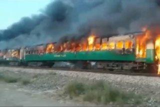 Este terrible incendio en un tren en Pakistán deja decenas de muertos