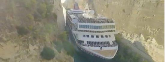 Así atraviesa el 'apretado' Canal de Corinto el gigantesco crucero MS Braemar cargado de turistas