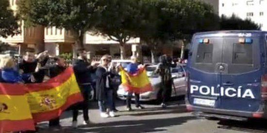 Así de emocionante fue el recibimiento a los policías que vuelven de la 'ratonera catalana' en la que se juegan la vida cada día