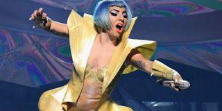 Así fue la estrepitosa caida de Lady Gaga desde el escenario junto a un fan durante un show en Las Vegas