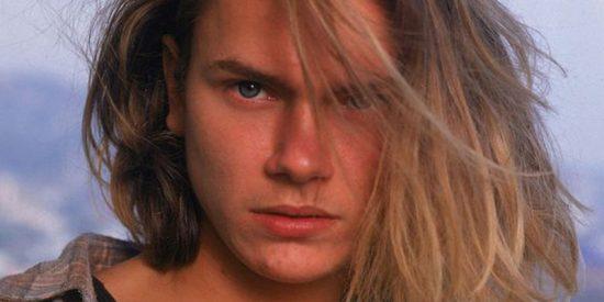 Así fue la trágica vida de River Phoenix, el brillante actor hermano de Joaquin que murió en sus brazos a los 23 años