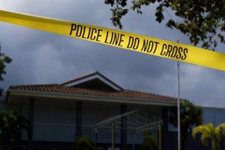 Así golpea en la cara un policía estadounidense a un sospechoso esposado en su casa