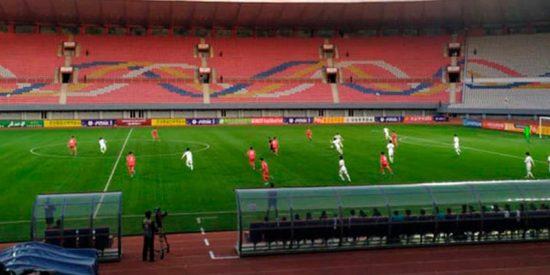 """Así juegan las dos Coreas """"el partido más intrigante del fútbol mundial"""" con un solo espectador en el estadio"""