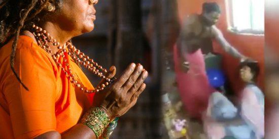 Así muele a palos este 'exorcista' indio a una mujer 'poseída para sacarle al diablo del cuerpo