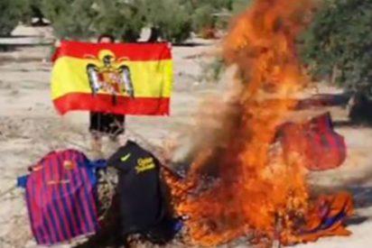"""Así quema el presidente de Vox de un pueblo de Jaén sus camisetas del Barça por """"independentistas"""""""